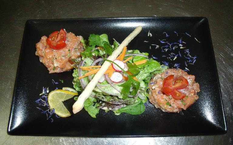 tartare au saumon et méli mélo de salade